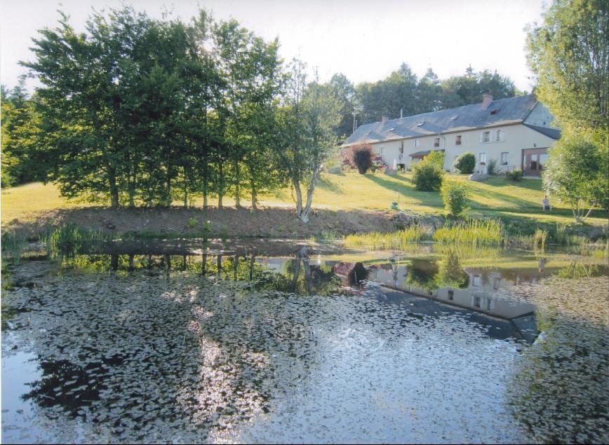 La ferme de l'Étang : chambres d'hôtes & table d'hôtes à Villosanges : Christiane et Philippe Queyriaux vous reçoivent dans leur ancienne ferme. Vue sur son étang et sur la chaine des Puys.